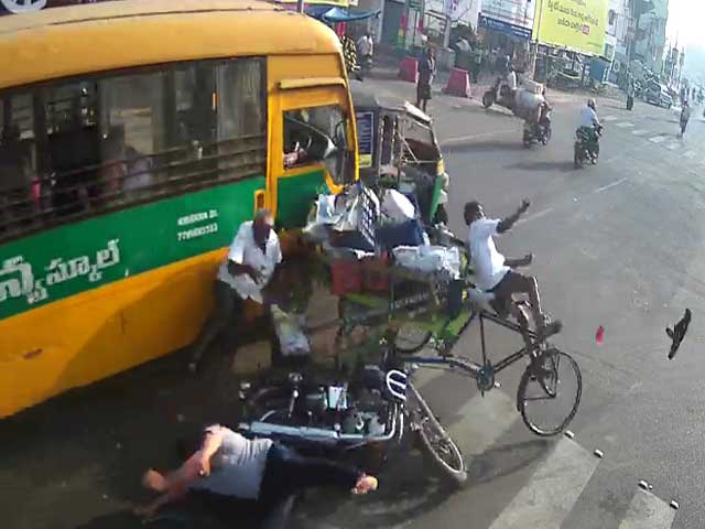 Video : School Bus Brakes Failed In Busy Andhra Traffic. Watch What Happened Next