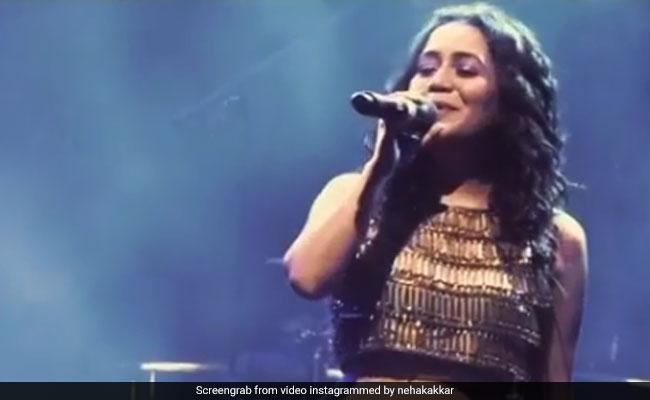Neha Kakkar ने स्टेज पर दी धमाकेदार परफॉर्मेंस, Video ने मचाया तहलका