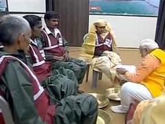 पीएम मोदी ने प्रयागराज में सफाई कर्मियों के पांव पखारे, उन्हें अंग वस्त्र भी पहनाया
