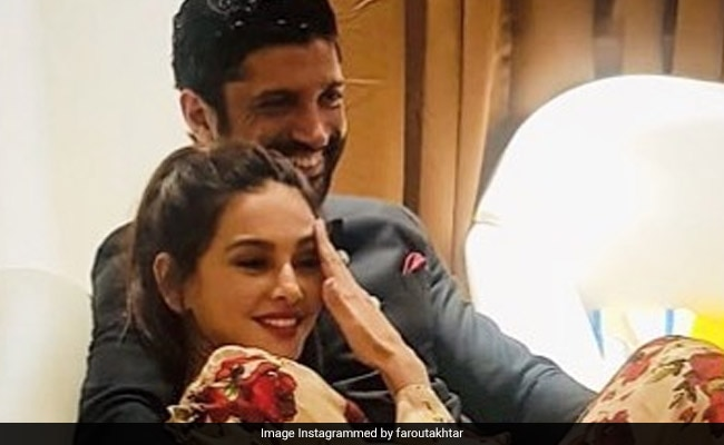 Farhan Akhtar बने शिबानी दांडेकर के लिए शायर, Valentines Day से पहले यूं हुए रोमांटिक
