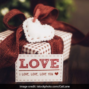 Valentine's Day 2019: 7 Amazing Gifting Options To Pamper Her With