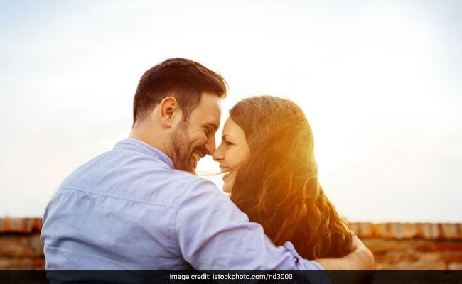 Happy Valentine's Day: वैलेंटाइन्स डे पर यूं जीतें अपने प्रेमी का दिल, इश्किया शायरी से बढ़ाएं प्यार की स्वीटनेस