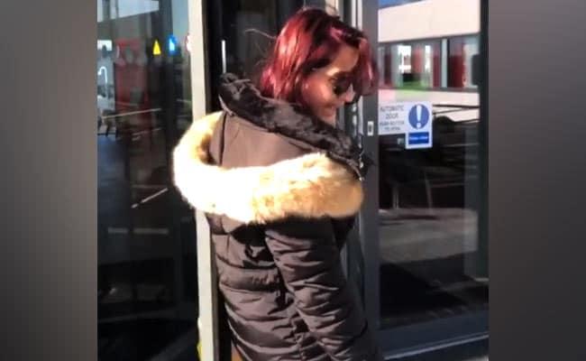'दिलबर गर्ल' नोरा फतेही फंस गई घूमने वाले दरवाजे में, वायरल हुआ Video
