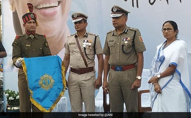 हाईवोल्टेज ड्रामे के बीच ममता बनर्जी ने पुलिसकर्मियों को किया सम्मानित, कमिश्नर भी दिखे मंच पर