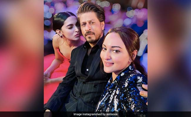 Filmfare Style Awards: Deepika Padukone And Shah Rukh Khan's Selfie With Sonakshi Sinha Is Asli Sona