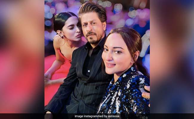 सोनाक्षी सिन्हा ने शाहरुख खान और दीपिका पादुकोण के साथ ली सेल्फी, इस अंदाज में दिखे Bollywood सेलेब्स