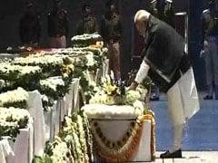 पुलवामा आतंकी हमले में शहीद हुए जवानों को दिल्ली एयरपोर्ट पर पीएम मोदी, राहुल गांधी ने नम आंखों से दी श्रद्धांजलि, देखें VIDEO