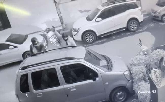 VIDEO:गाजियाबाद के वसुंधरा में बदमाश बेखौफ, दुकानदार के घर पर की कई राउंड फायरिंग, दुस्साहस इतना कि देर तक खड़े भी रहे
