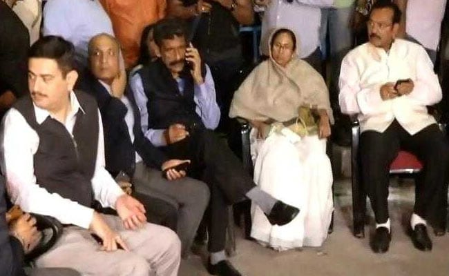 Mamata Banerjee On Dharna In Kolkata, Supporters Keep The Protest Going
