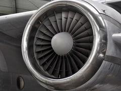 प्लेन में बैठने से पहले शख्स ने इंजन के अंदर कर दिया ऐसा काम, मच गया बवाल