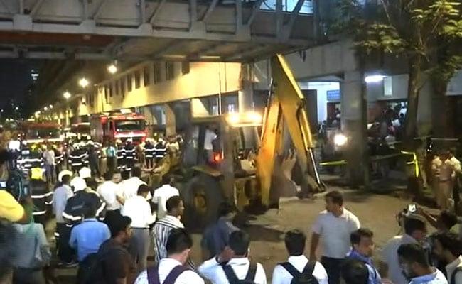 PHOTOS: तस्वीरों में देखें मुंबई में सीएसटी के पास फुटओवर ब्रिज हादसे के बाद का हाल