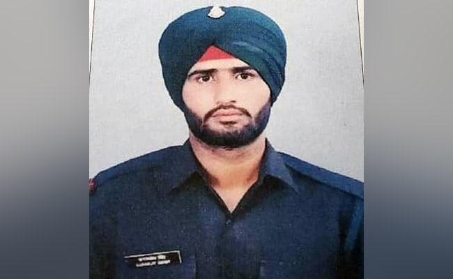 जम्मू कश्मीर: राजौरी सेक्टर में पाक ने किया सीजफायर का उल्लंघन, एक जवान शहीद, 3 घायल