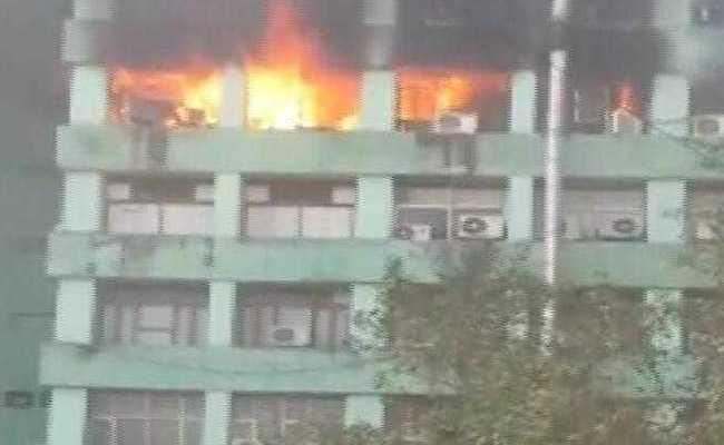 दिल्ली: सरकारी भवन के 5वीं मंजिल पर लगी भीषण आग, CISF के एक सब इंस्पेक्टर की मौत, इमारत में कई मंत्रालयों के दफ्तर