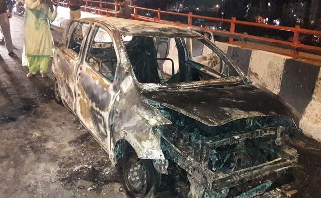 दिल्ली में दर्दनाक हादसा, जलती कार में फंसने से मां-बेटी की मौत
