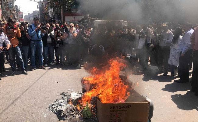चीन के खिलाफ देश भर में व्यापारियों का विरोध प्रदर्शन - चीनी सामान की जलाई होली