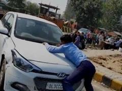 गाजियाबाद : रईसजादे ने टैक्सी ड्राइवर को बोनट पर दो किलोमीटर तक घसीटा, देखें खौफनाक वीडियो