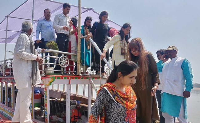 Journalists Stuck In Middle Of Ganga During Priyanka Gandhi's Boat-Ride