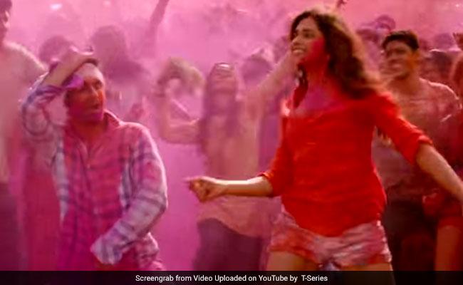 Holi 2019: जब दीपिका ने रणबीर कपूर से कहा, बलम पिचकारी जो तूने मुझे मारी, देखें Bollywood की 5 सुपरहिट होली