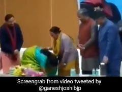 ...जब रक्षामंत्री निर्मला सीतारमण ने छुए शहीद जवान की मां के पैर, वायरल हुआ Video