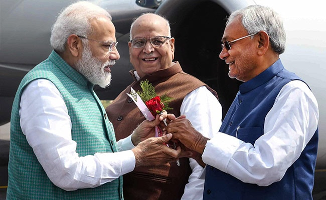 बिहार चुनाव: विवादों के बाद पहले चरण की वोटिंग के दिन PM मोदी और CM नीतीश विज्ञापन में दिखे एकसाथ