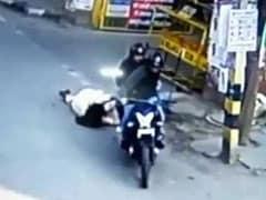 फोन पर बात कर रही थी महिला, बाइक पर आए दो लोग और ले गए घसीटते हुए, वायरल हुआ VIDEO