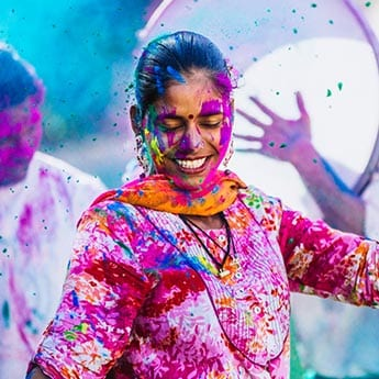 Holi's Here: সাদা কুর্তিতে ছিটকে এসে লাগুক লাল-নীল-কমলা-গোলাপী