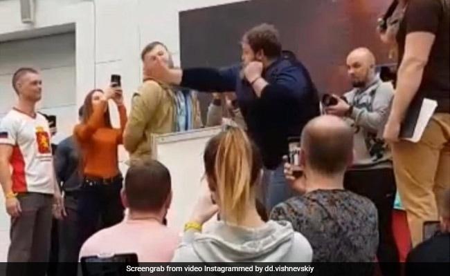 शख्स ने भीड़ में जड़ा ऐसा तमाचा कि जमीन पर हुआ ढेर...और फिर कुछ ऐसा Video हो गया Viral