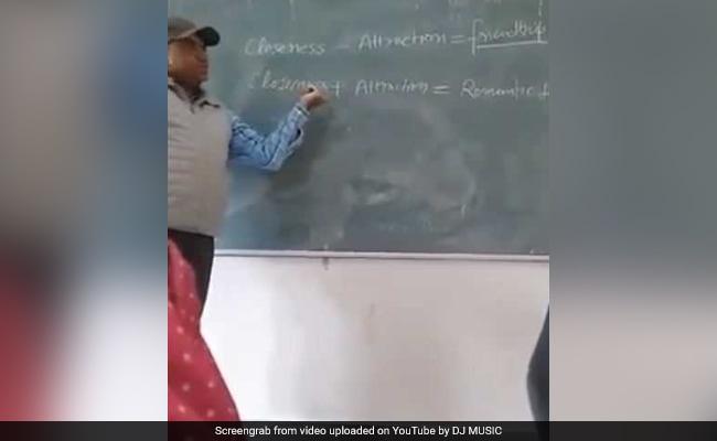 जब गणित का प्रोफेसर बन गया 'लव गुरु', गर्ल्स कॉलेज में पढ़ाने लगा 'प्यार के फॉर्मूले', देखें VIRAL VIDEO