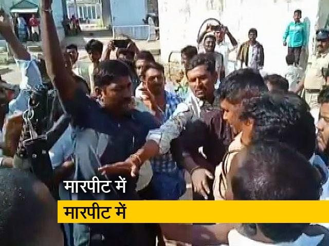 Video : TDP और YSR कांग्रेस के कार्यकर्ताओं मेंं मारपीट में उम्मीदवार घायल,हवाई फायरिंग