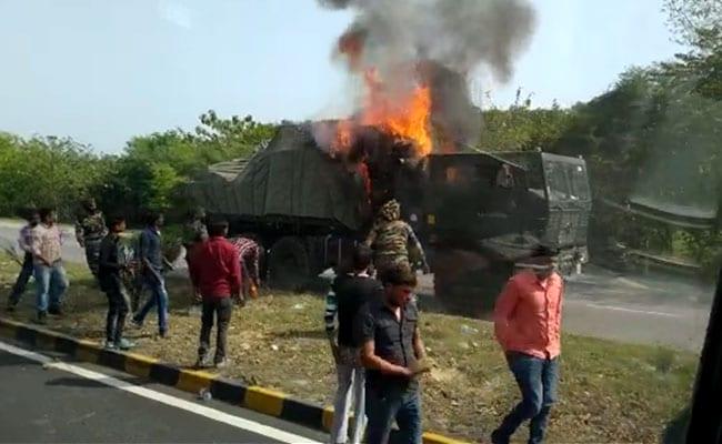 बाराबंकी : लखनऊ-अयोध्या हाईवे पर सेना के वाहन में शार्ट सर्किट से आग लगी