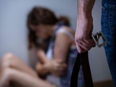 पाकिस्तान में पत्नी को चेन से बांधकर 20 दिन तक पीटता रहा, पुलिस पहुंची तो बोला- 'इसमें प्रेत का साया है...'