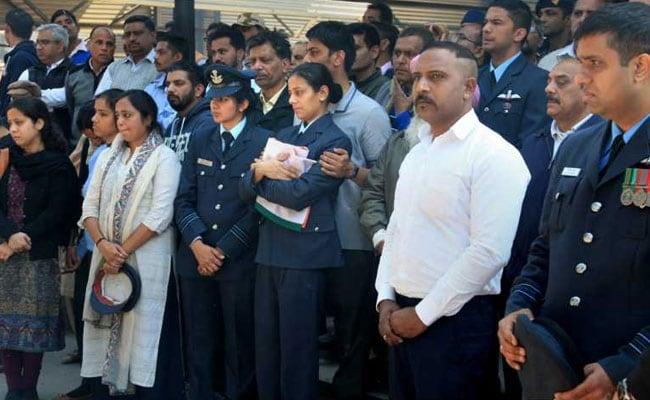 चंडीगढ़: बडगाम हेलिकॉप्टर क्रैश में शहीद स्क्वाड्रन लीडर को पत्नी ने वर्दी पहनकर दी सलामी