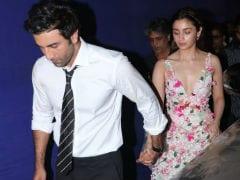 Alia Bhatt And Ranbir Kapoor Holding Hands At Award Night Is <I>Ishq Wala Love</i>
