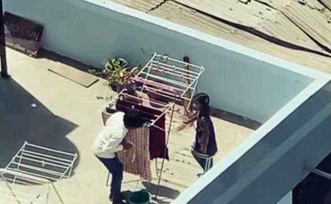 लड़का छत पर कपड़े सुखा रहा था, लड़की क्लिप लगा रही थी, कॉमेडियन सुनील ग्रोवर ने पूछा- कैसा लगा...Video