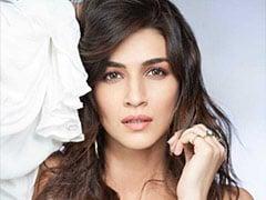 अभिनेत्री कृति सेनन फिल्म 'पानीपत' की शूटिंग के बीच 'लुका-छुपी' की सक्सेस पार्टी में पहुंचीं
