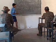 छत्तीसगढ़: नक्सल प्रभावित इलाकों में ITBP के जवानों को हल्बी भाषा सिखा रहे हैं छात्र