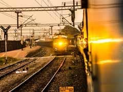 Sarkari Naukri: रेलवे में 3,282 पदों पर निकली वैकेंसी, 10वीं से लेकर ग्रेजुएट्स तक कर सकते हैं अप्लाई