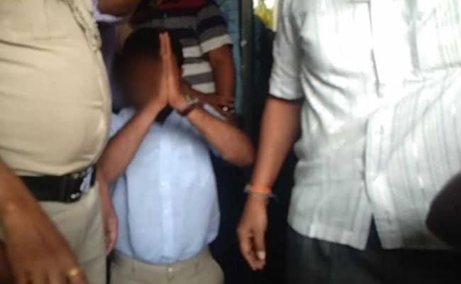 'न गुस्सा है, न डर': BJP के खिलाफ लिखने पर घुटनों के बल माफी मांगने वाले प्रोफेसर ने कहा