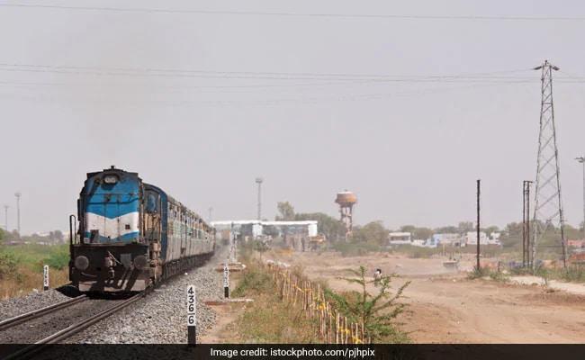 RRB, Railway Job: रेलवे में निकली वैकेंसी, 35 हजार से ज्यादा होगी सैलरी