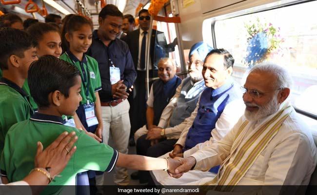 PM मोदी ने अहमदाबाद मेट्रो के पहले चरण का किया उद्घाटन, फिर ट्रेन की सवारी का उठाया लुत्फ