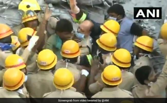 धराशायी हुई पांच मंजिला बिल्डिंग के मलबे में दबा एक शख्स तीन दिन बाद चलकर बाहर आया, देखें- VIDEO