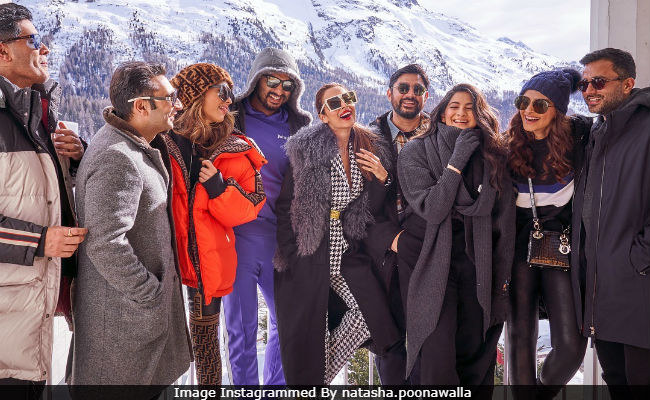 Spot Malaika Arora In Pic Of Arjun Kapoor And His Family - Sonam, Anand And Rhea