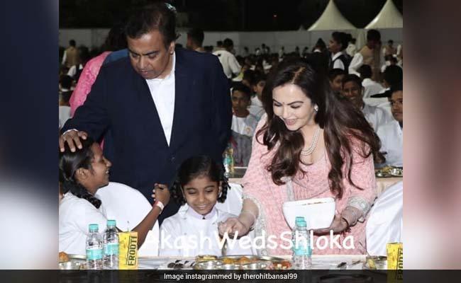 आकाश अंबानी और श्लोका मेहता की शादी: अंबानी परिवार ने 2 हजार बच्चों को खिलाया खाना, देखें Photos