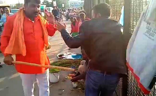 भगवा कपड़ा पहने हमलावरों ने लखनऊ में ड्राई फ्रूट्स बेच रहे 2 कश्मीरियों को पीटा, VIDEO भी बनाया