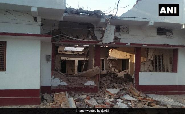 BJP नेता के घर 50 नक्सलियों ने किया हमला, परिजनों को बाहर निकाल पीटा, फिर डायनामाइट से उड़ा दिया घर- देखें Video
