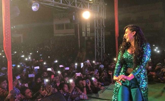 Bhojpuri Cinema: अक्षरा सिंह ने स्टेज परफॉर्मेंस से मचाया धमाल, फैन्स की बेकाबू भीड़ ने किया हैरान- देखें Video