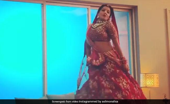 भोजपुरी एक्ट्रेस मोनालिसा ने दुल्हन बनकर यूं किया डांस, Video ने उड़ाया गरदा
