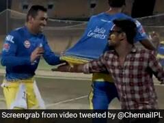 IPL 2019: एमएस धोनी ने फैन को देखकर फिर लगाई दौड़, हाथ मिलाते ही फैन करने लगा ऐसा, देखें VIDEO