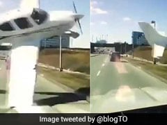 तेज रफ्तार से गुजर रही थी कार, सामने से क्रैश होते हुए आया प्लेन और फिर... देखें VIDEO