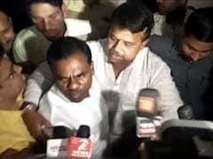 कांग्रेस विधायक सीएम कमलनाथ को इस्तीफा देने पहुंचे, मीडिया के बीच से खींच ले गए मंत्री, देखें - VIDEO